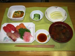 施設の厨房スタッフが寿司を握ります