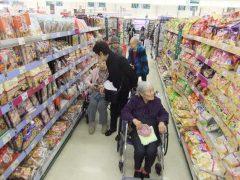 スーパーでお買い物中!
