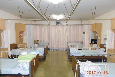 4人部屋、個人ロッカーと床頭台